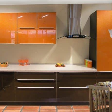Кухня с акриловыми фасалами, верх - апельсин, низ - кофе. Суперглянец. Стоимость - от 31 000р.-