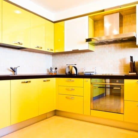 Ярко-жёлтая кухня в полном глянце, полная комплектация. Стоимость - от 64 000р.-