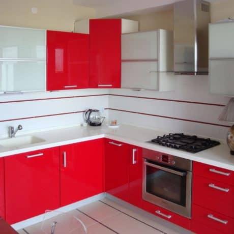 Кухня угловая, модерн. Фасады Hi Gloss сочный красный и белое стекло в алюминиевой рамке. Стоимость - от 38 000р.-