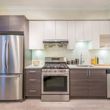 Современная кухня, стильное сочетание дерева и белого глянца со шкафчиками над холодильником - от 31 000р.-