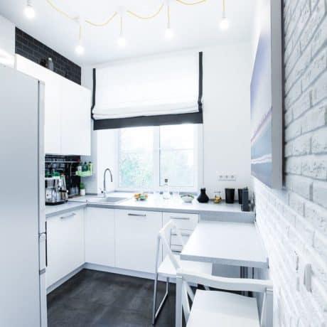 """Компактная и эффектная глянцевая кухня в """"вечном"""" белом цвете. Стоимость - от 36 000р.-"""