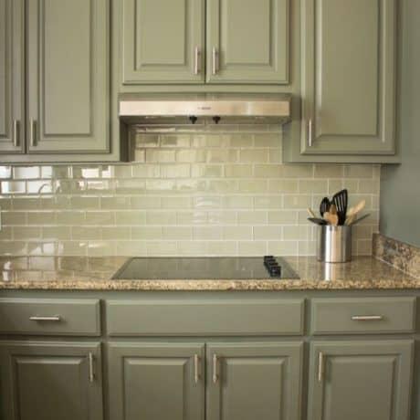 Кухня прямая с крашеными фасадами, полуматовая эмаль. Столешница из искусственного камня. От 90 000 р.-. Любая конфигурация и цвет по RAL