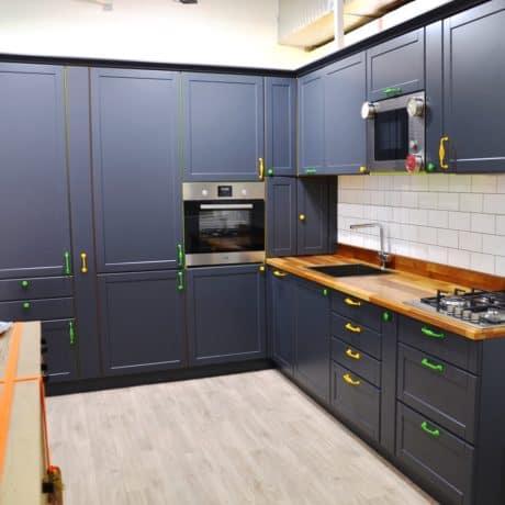 Кухня с пеналами угловая с крашеными фасадами, матовая эмаль. От 190 000 р.-. Любая конфигурация и цвет по RAL